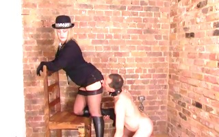 posh british mistress makes bondman to relieve